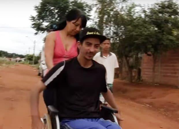 Dona de casa enfrenta falta de asfalto com filho cadeirante