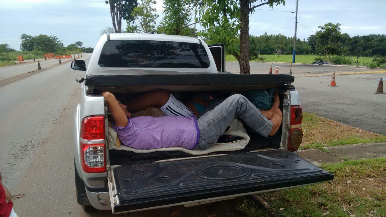 Condutor é autuado por transportar três pessoas no compartimento de carga de caminhonete