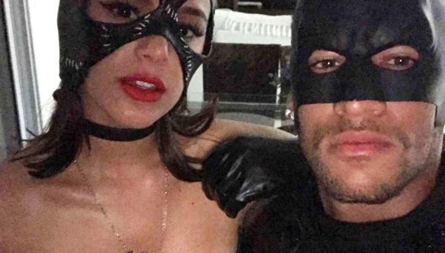 Neymar e Bruna Marquezine postam foto fantasiados de Batman e Mulher-Gato