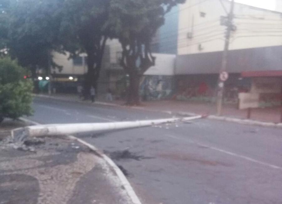 Chorume derramado por caminhão de lixo causa acidente em Goiânia