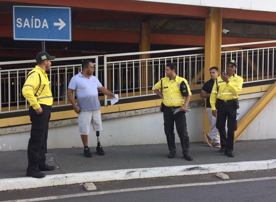 Agentes da SMT multam motorista que utiliza prótese na perna por estacionar em vaga para deficientes