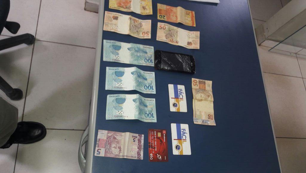 Rapaz é preso após roubar dinheiro e cartões de ônibus de mulher no Setor Jaó