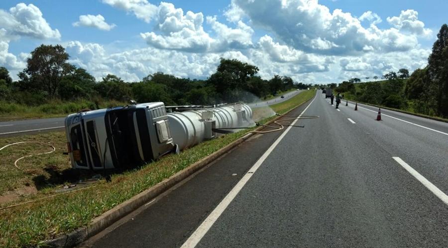 Caminhão carregado de etanol tomba e interdita pista na BR-153, em Morrinhos