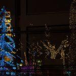 Reflexo da decoração da Polo Imóveis no prédio vizinho. (Foto: Vinícius Schmidt)
