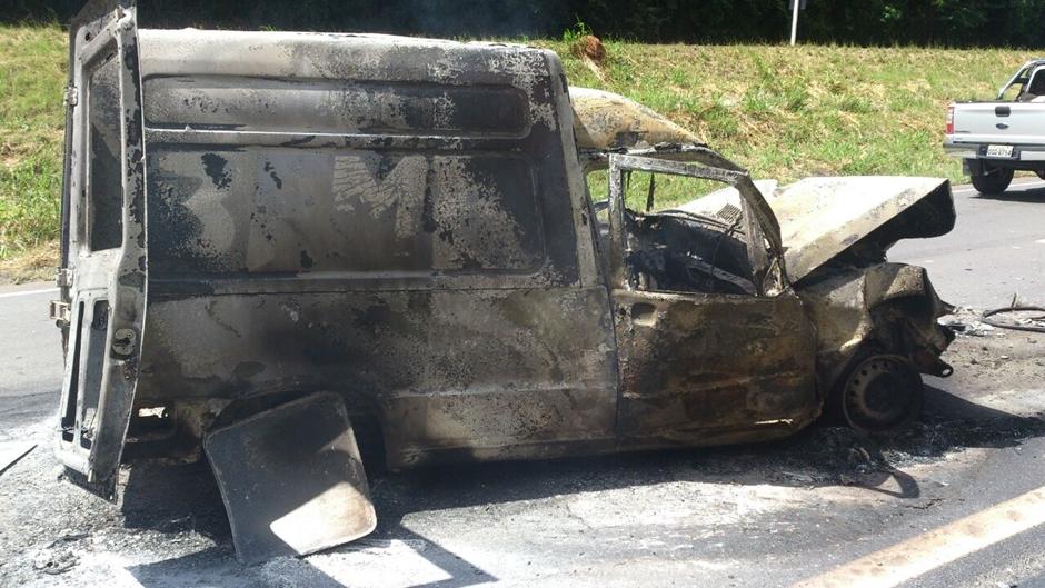 Carro pega fogo após bater em carreta na BR-153, em Professor Jamil