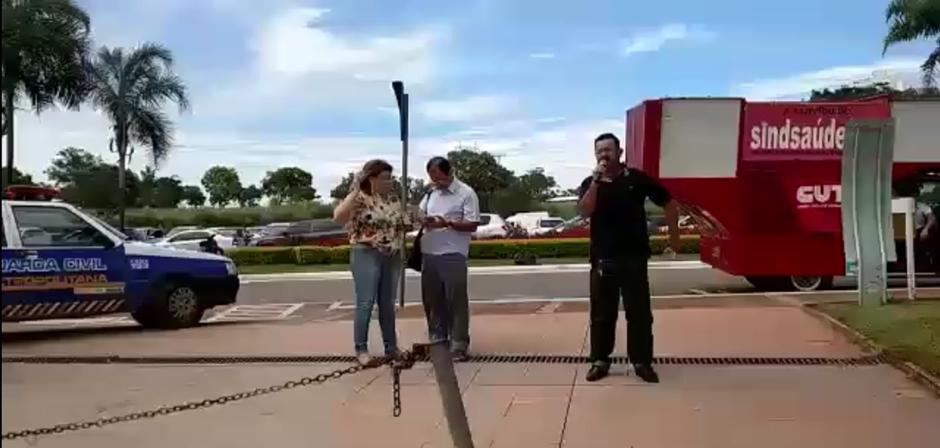 Servidores fazem manifestação no Paço Municipal por pagamento do salário de dezembro