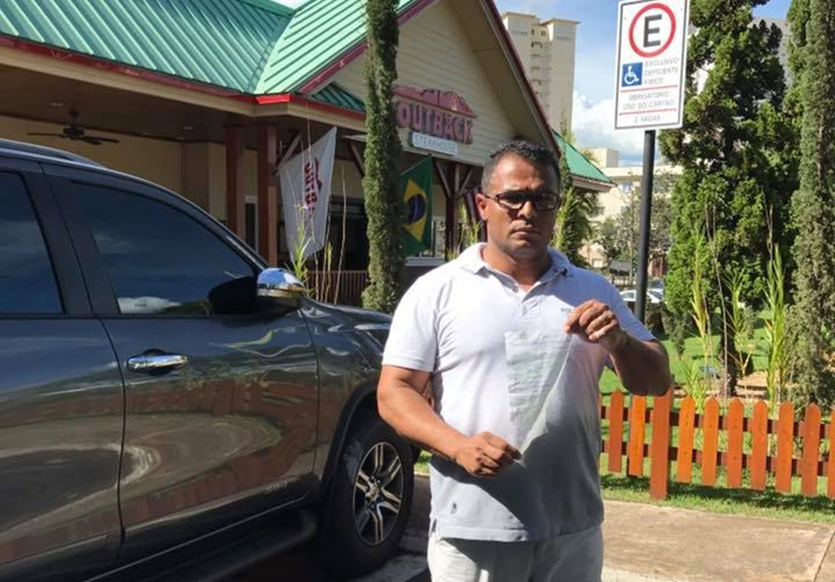 Motorista que foi multado por estar em vaga de deficiente não portava credencial do CONATRAN