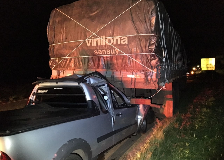 Homem fica gravemente ferido após bater carro em caminhão na BR-060