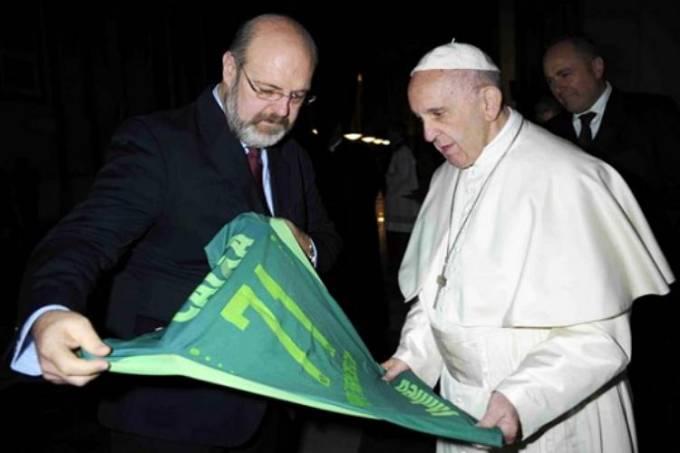 Após mensagens de apoio, papa Francisco ganha camisa da Chapecoense