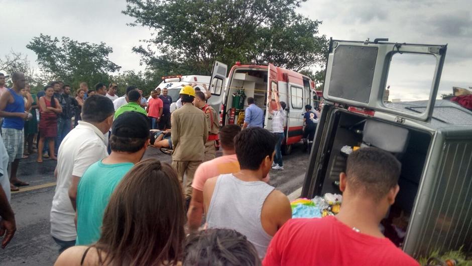 Colisão entre van e caminhão deixa duas pessoas mortas e sete feridas na BR-020