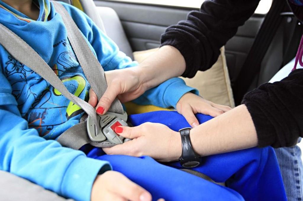 Crianças pequenas só devem viajar com o uso dos equipamentos adequados, reforça PRF