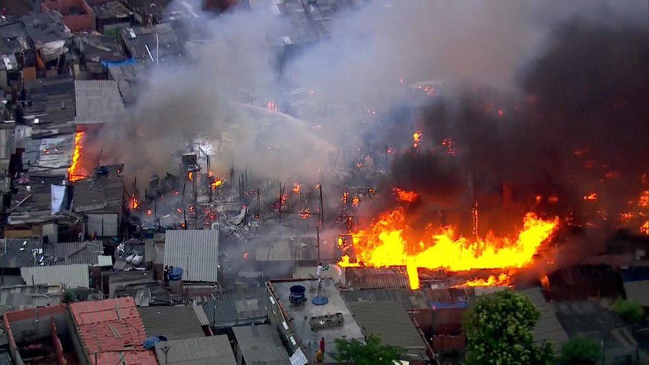 Incêndio atinge favela na zona leste de São Paulo