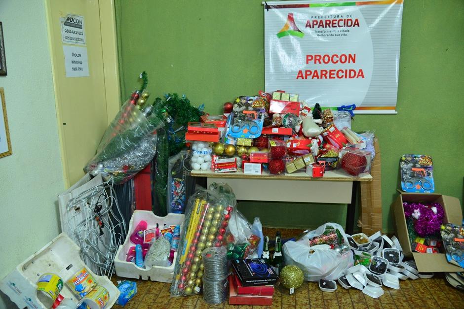 Procon de Aparecida apreende centenas de brinquedos e produtos natalinos irregulares