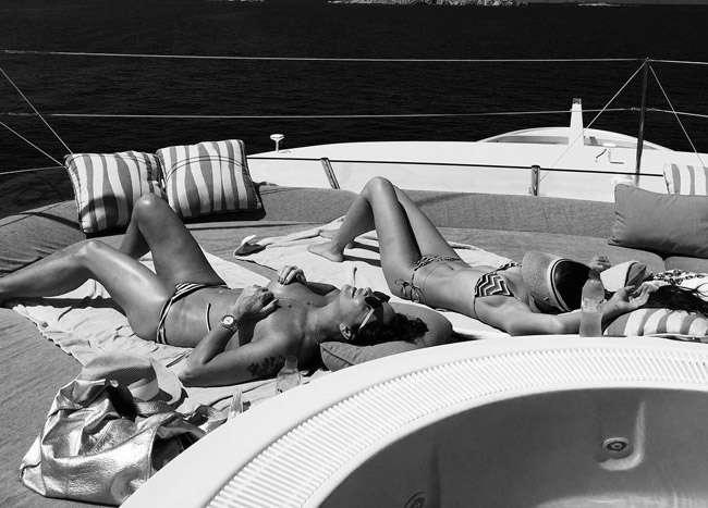 Aos 53 anos, Luiza Brunet posa de topless na Grécia