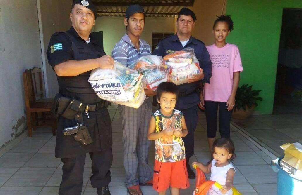 Guardas civis fazem doação a família carente em Aparecida de Goiânia