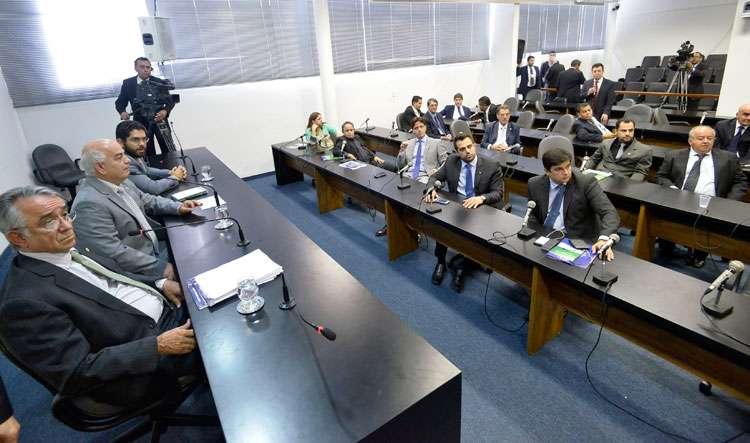 CCJ aprova projeto que altera reajustes salariais de servidores do Estado