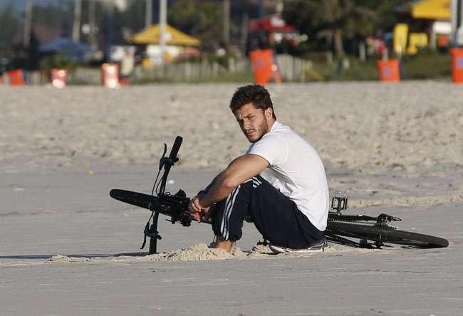 Klebber Toledo é fotografado abatido em praia do Rio