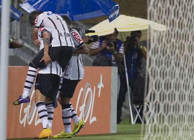 Corinthians vence o Vitória em Cuiabá e entra no G4