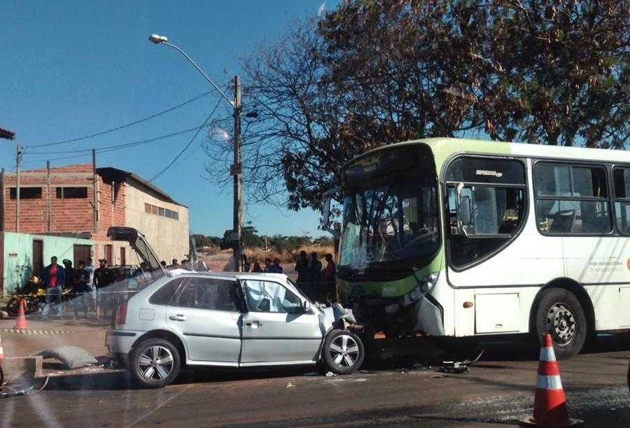 Motorista passa mal e bate em ônibus no Setor Balneário Meia Ponte