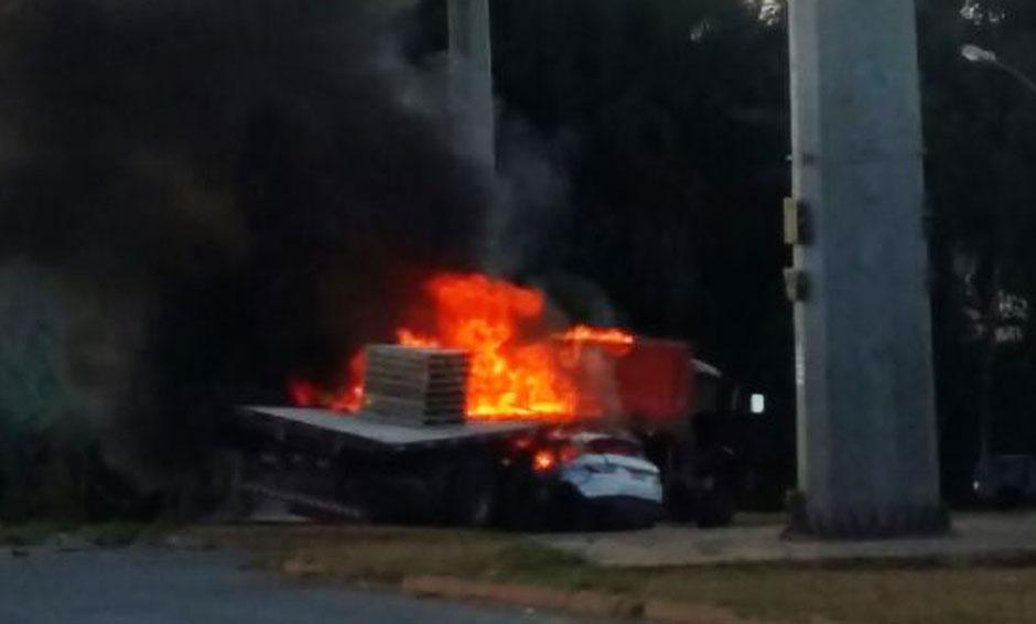 Durante perseguição policial, carro bate em caminhão e pega fogo no Residencial Vereda dos Buritis