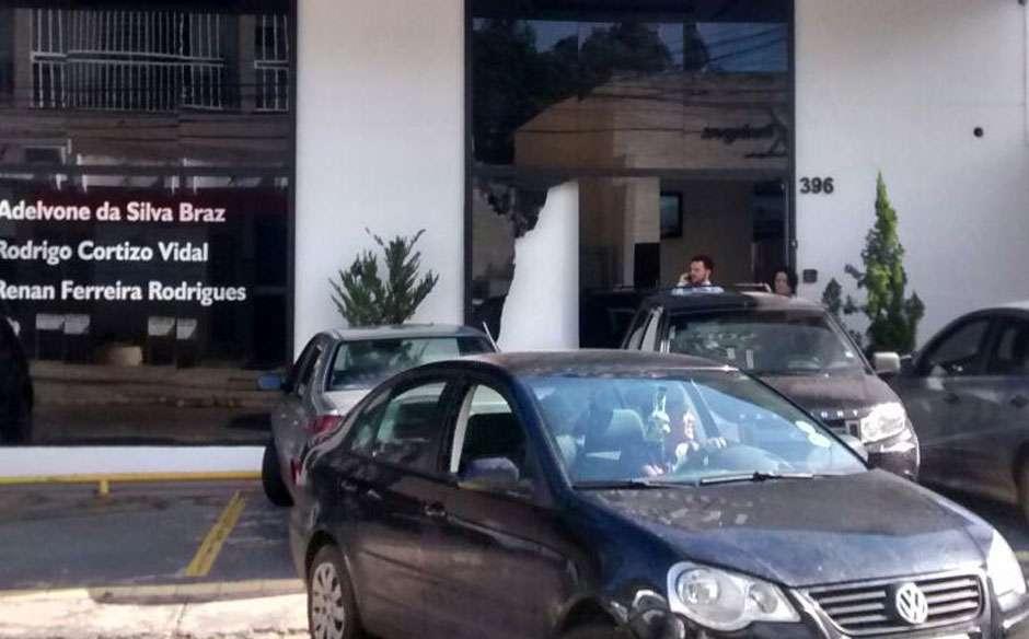 Manifestantes quebram porta de vidro de escritório de advocacia e incendeiam pneus na AV. 85