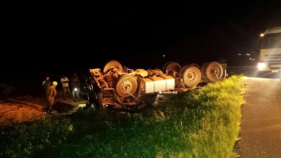 Mulher morre após carreta tombar na BR-364, em Morrinhos