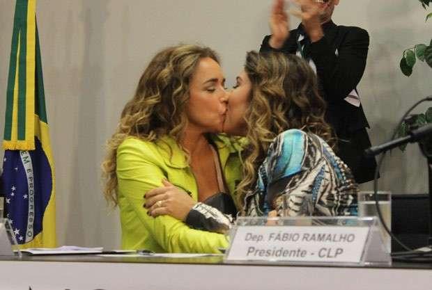 Daniela Mercury beija a mulher na abertura de seminário LGBT no Congresso
