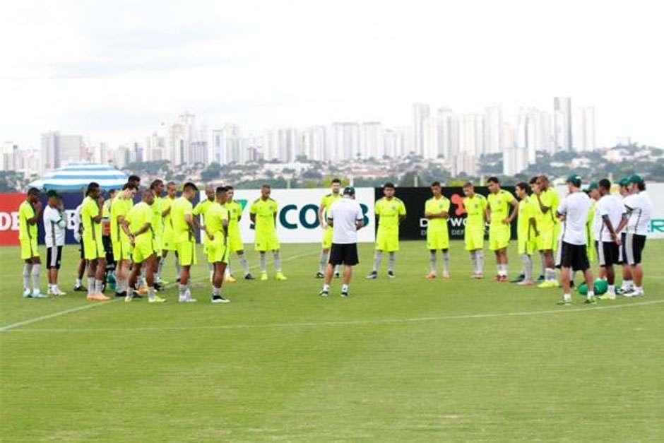 Goiás define o time com mudanças e encerra preparação para pegar o Anápolis