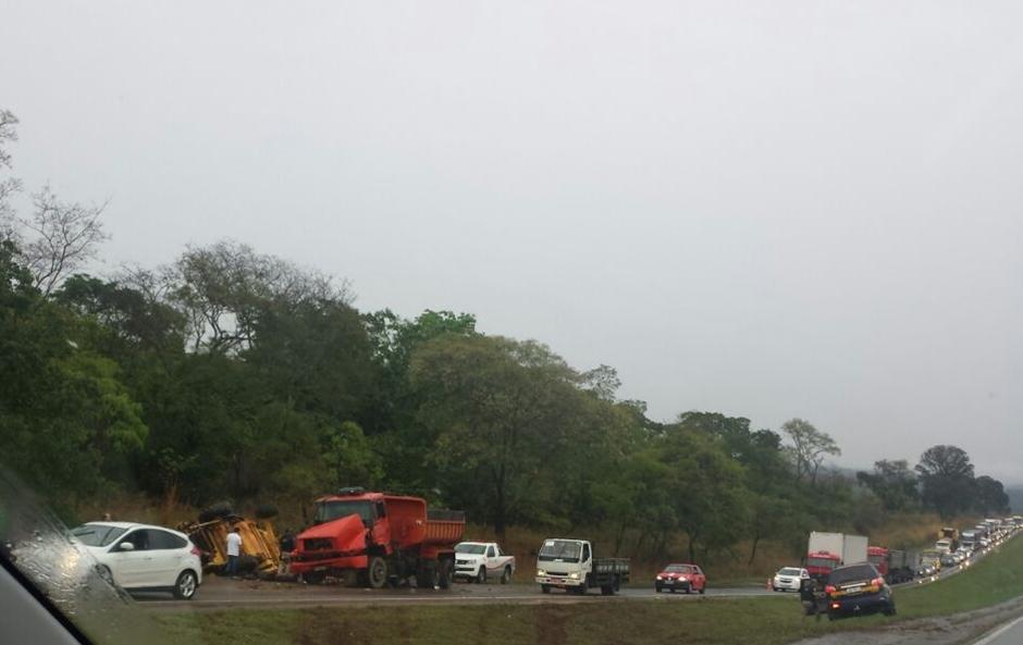 BR-060 fica parcialmente interditada após acidente envolvendo quatro caminhões