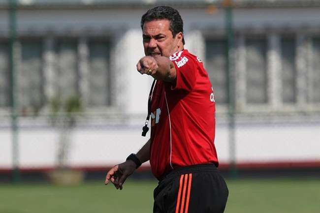 Em meio a maratona, Flamengo encara o Internacional