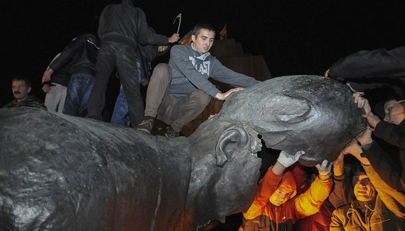 Manifestantes derrubam estátua gigante de Lênin no leste da Ucrânia
