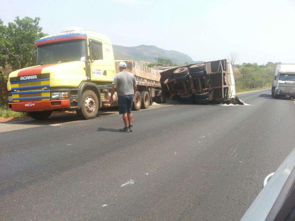 Caminhão tomba na BR-153 e causa grande congestionamento