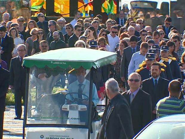 Corpo do ministro Teori é enterrado em Porto Alegre