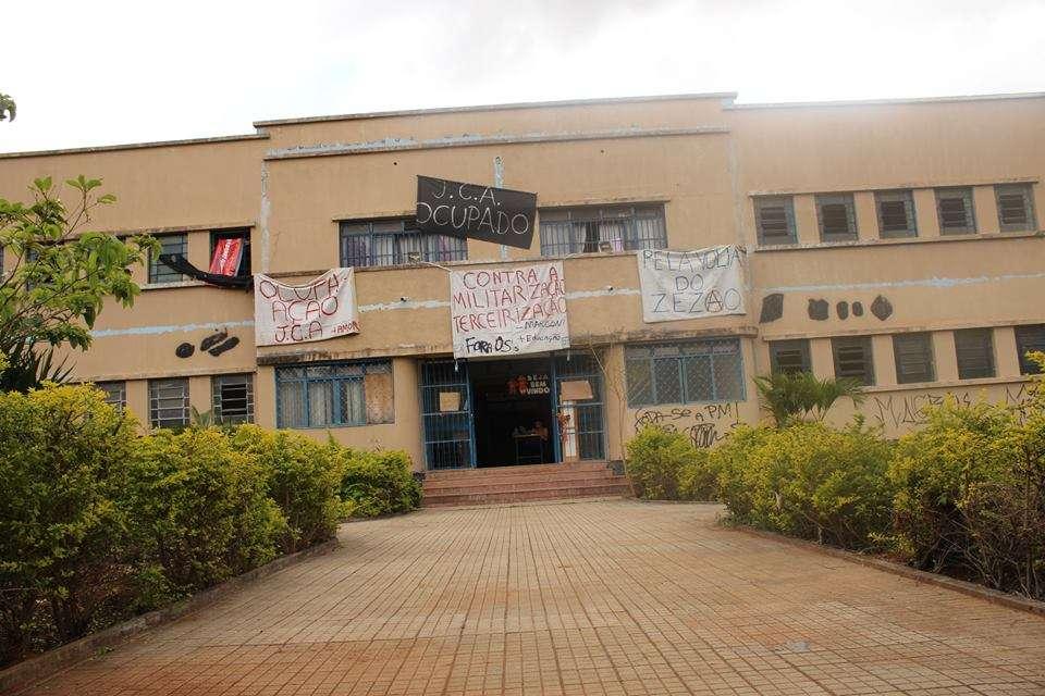 Estudantes resistem à reintegração de posse de escolas