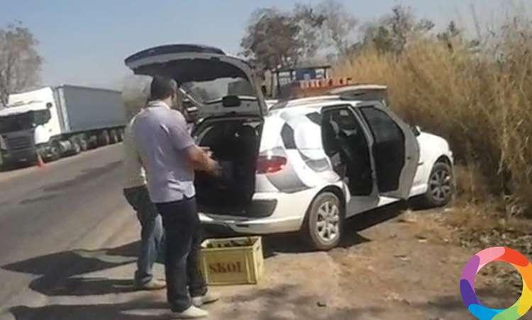 Flagrante: Funcionários da TV Anhanguera saqueiam cervejas de caminhão tombado