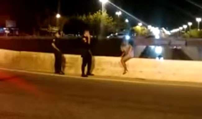 Policial militar evita que mulher se jogue de viaduto, em Goiânia