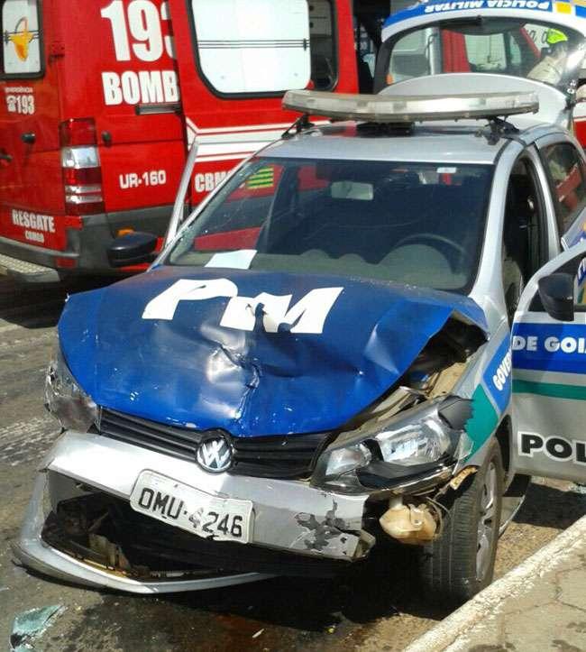Dois policiais e uma mulher ficam feridos em acidente no Jardim América