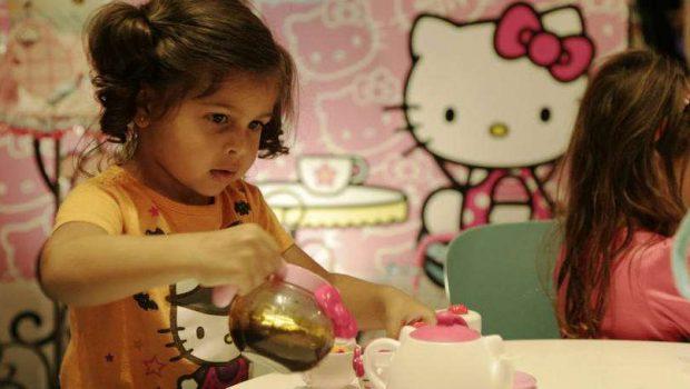 Hello Kitty completa 40 anos divertindo crianças e adultos