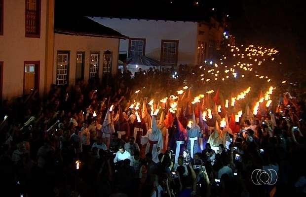 Cerca de 20 mil fiéis participam da Procissão do Fogaréu na Cidade de Goiás