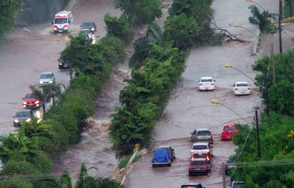 Chuva causa estragos em Goiânia