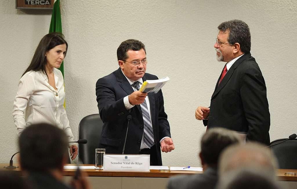 Fim de sessão da CPMI da Petrobras causa bate-boca entre oposição e presidente