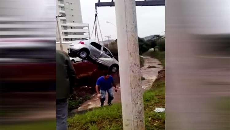 Carro cai dentro de córrego em Itumbiara