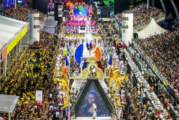 Escolas de samba brilham no último dia de desfiles em São Paulo