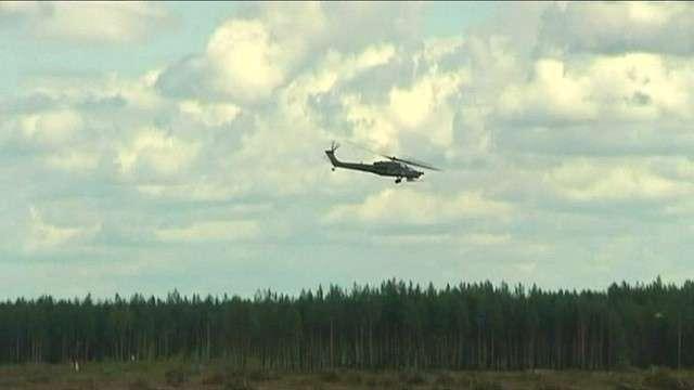 Helicóptero cai durante show aéreo e mata piloto
