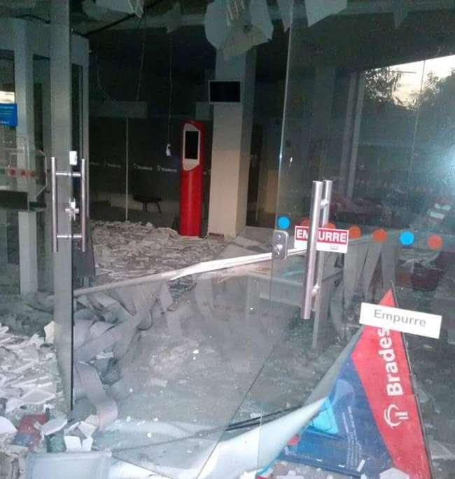 Agência bancária tem caixas eletrônicos explodidos, em Nerópolis