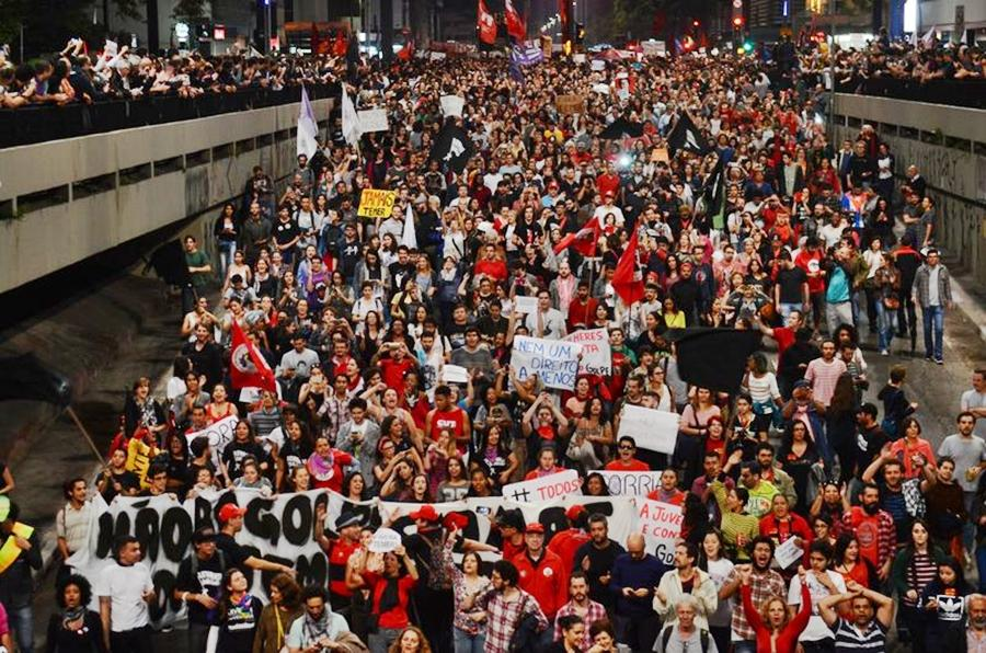 Em São Paulo, PM volta a arremessar bombas e gás lacrimogêneo nos manifestantes