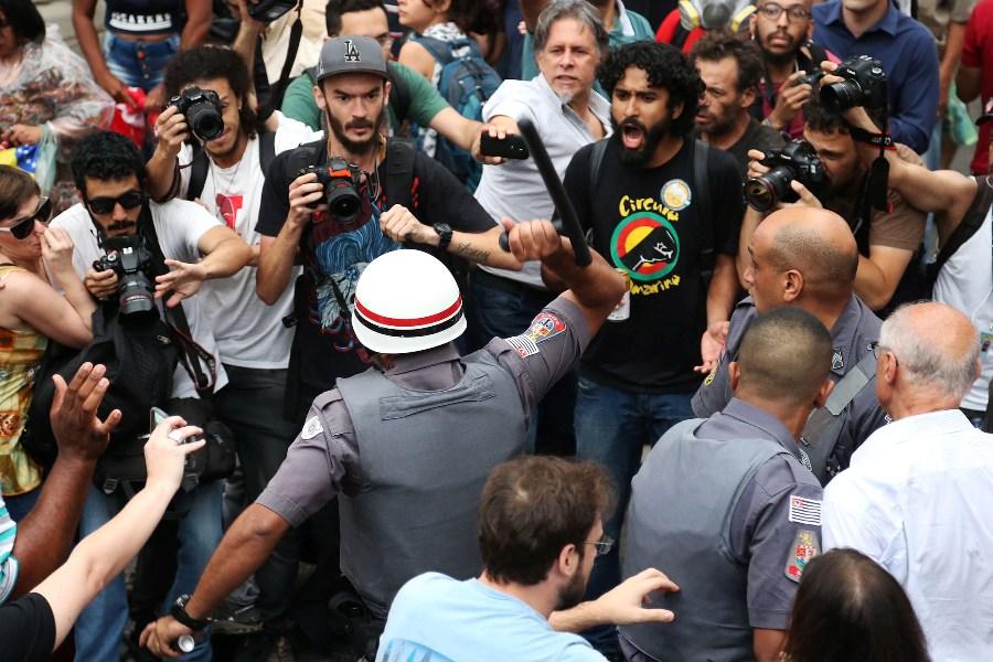 Ex-senador Suplicy é agredido por PM de São Paulo durante manifestação na Paulista