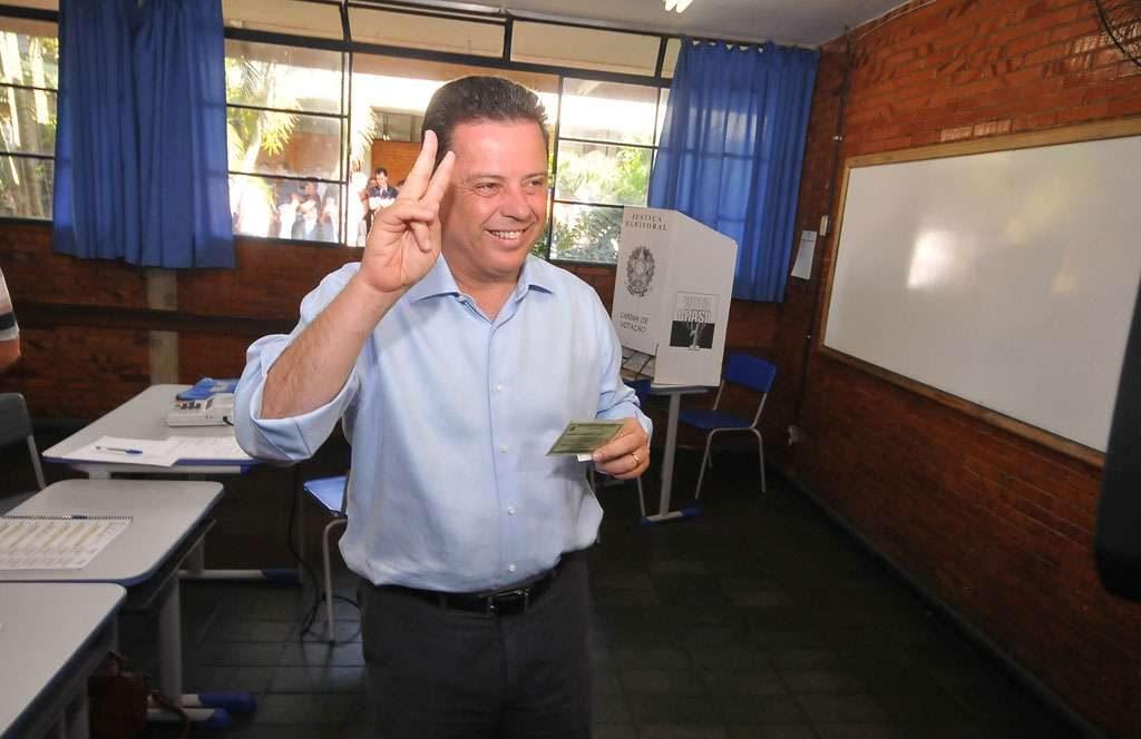 Confiante, governador Marconi Perillo  vota em Palmeiras de Goiás