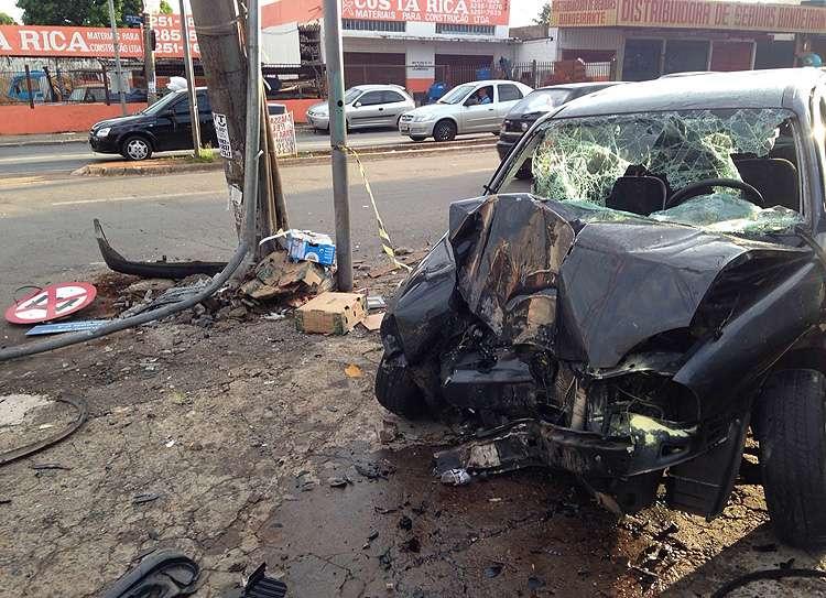 Jovem fica ferido após colidir carro em poste no Jardim América