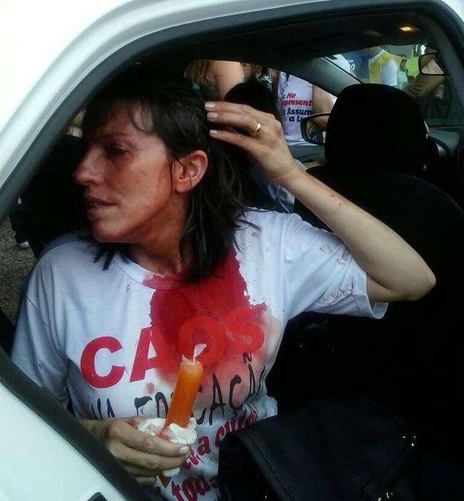 Professores são feridos a pauladas durante protesto no Paço Municipal